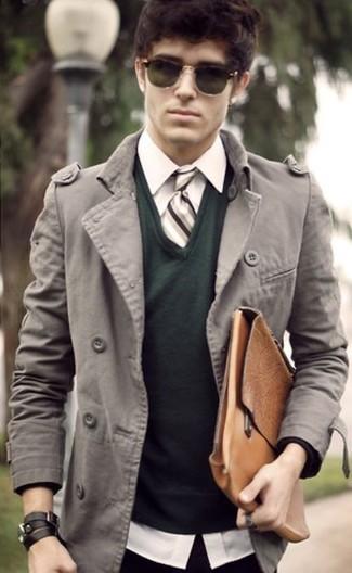 Considera emparejar un jersey de pico verde oscuro junto a un abrigo largo gris para lograr un estilo informal elegante.