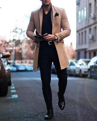 Cómo combinar un pantalón chino negro: Opta por un abrigo largo marrón claro y un pantalón chino negro para crear un estilo informal elegante. Dale onda a tu ropa con botas formales de cuero negras.