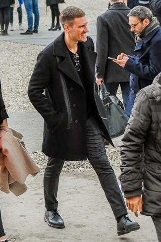 Cómo combinar un jersey de pico negro en otoño 2020: Empareja un jersey de pico negro junto a un pantalón chino en gris oscuro para una vestimenta cómoda que queda muy bien junta. Elige un par de zapatos derby de cuero negros para mostrar tu inteligencia sartorial. Este atuendo es lo mejor para este próximo invierno.