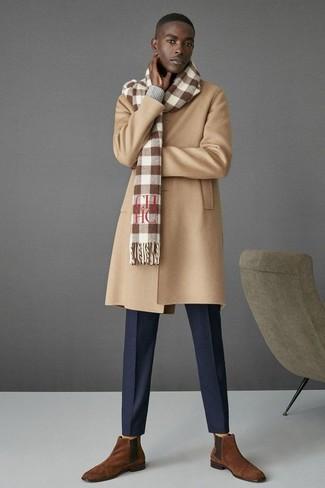 Accede a un refinado y elegante estilo con un jersey de pico gris y un pantalón de vestir azul marino. Un par de botines chelsea de ante marrónes se integra perfectamente con diversos looks.