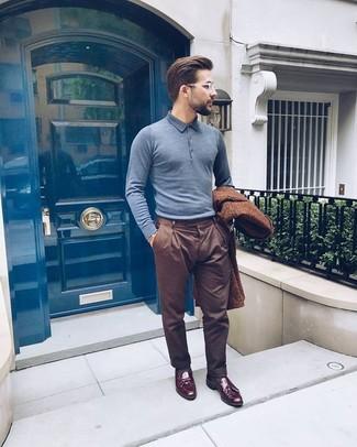 Cómo combinar: abrigo largo marrón, camisa polo gris, pantalón de vestir marrón, mocasín con borlas de cuero burdeos