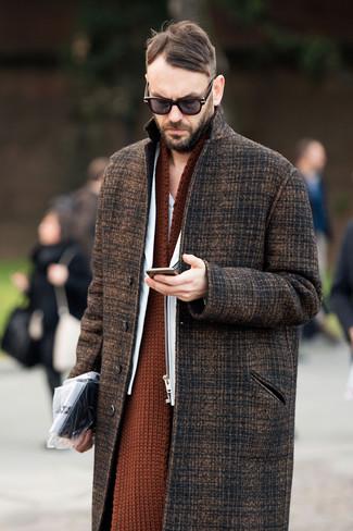 Cómo combinar: abrigo largo de tartán marrón, chaqueta motera de cuero blanca, bufanda de punto en tabaco, gafas de sol en marrón oscuro