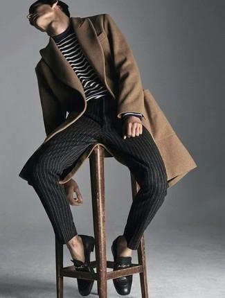 Cómo combinar un mocasín de cuero negro: Emparejar un abrigo largo marrón claro con un pantalón chino de rayas verticales en gris oscuro es una opción buena para un día en la oficina. Mocasín de cuero negro son una forma sencilla de mejorar tu look.