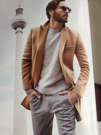 Cómo combinar: abrigo largo marrón claro, jersey con cuello circular en beige, pantalón chino de lana gris