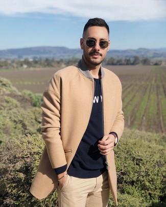 Cómo combinar: abrigo largo marrón claro, jersey con cuello circular estampado en negro y blanco, pantalón chino marrón claro, gafas de sol negras