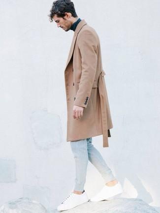 Cómo combinar: abrigo largo marrón claro, jersey de cuello alto azul marino, pantalón de chándal gris, tenis blancos