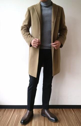 Cómo combinar: abrigo largo marrón claro, jersey de cuello alto de punto gris, pantalón de vestir negro, botines chelsea de cuero en marrón oscuro