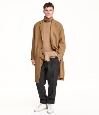 Cómo combinar: abrigo largo marrón claro, jersey de cuello alto marrón claro, pantalón de vestir de lana en gris oscuro, tenis de cuero blancos