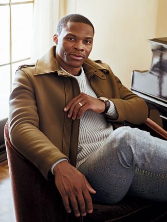 Cómo combinar: abrigo largo marrón claro, jersey de ochos blanco, pantalón de vestir de lana de tartán gris, reloj de cuero en marrón oscuro