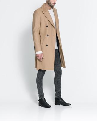 Cómo combinar: abrigo largo marrón claro, jersey de ochos blanco, vaqueros pitillo en gris oscuro, botines chelsea de cuero negros