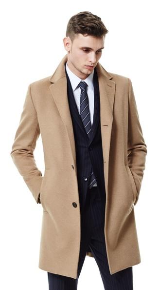 Cómo combinar: abrigo largo marrón claro, traje de rayas verticales negro, camisa de vestir blanca, corbata de rayas verticales en gris oscuro