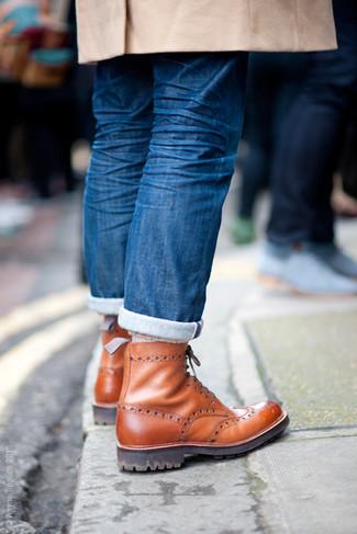 Utiliza un abrigo largo marrón claro y unos vaqueros azules para después del trabajo. Botas brogue de cuero marrónes son una opción muy buena para complementar tu atuendo.