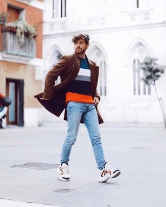 Cómo combinar: abrigo largo marrón, jersey con cuello circular de rayas horizontales en multicolor, vaqueros pitillo celestes, deportivas blancas