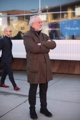 Cómo combinar: abrigo largo de tartán marrón, jersey de cuello alto negro, pantalón chino negro, zapatos derby de ante negros