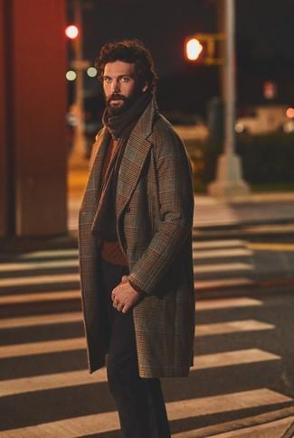 Cómo combinar: abrigo largo de tartán marrón, jersey de ochos en tabaco, pantalón chino negro, bufanda de punto en marrón oscuro