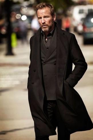 Cómo combinar una camisa de manga larga negra en clima frío estilo casual elegante: Considera emparejar una camisa de manga larga negra con unos vaqueros negros para un look diario sin parecer demasiado arreglada.
