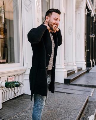 Cómo combinar: abrigo largo negro, camiseta con cuello circular de rayas horizontales en blanco y negro, vaqueros pitillo azules