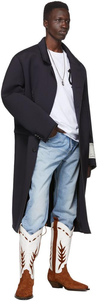 Cómo combinar una camiseta con cuello circular estampada en blanco y negro: Usa una camiseta con cuello circular estampada en blanco y negro y unos vaqueros celestes para un look agradable de fin de semana. Si no quieres vestir totalmente formal, opta por un par de botas camperas de cuero en blanco y marrón.