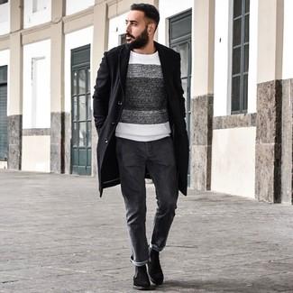 Cómo combinar: abrigo largo negro, jersey con cuello circular de rayas horizontales en blanco y negro, vaqueros en gris oscuro, botines chelsea de ante negros