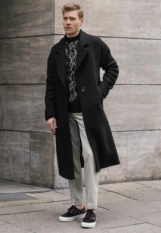 Outfits hombres estilo casual elegante: Emparejar un abrigo largo negro junto a un pantalón chino gris es una opción grandiosa para un día en la oficina. Mezcle diferentes estilos con tenis de lona estampados negros.