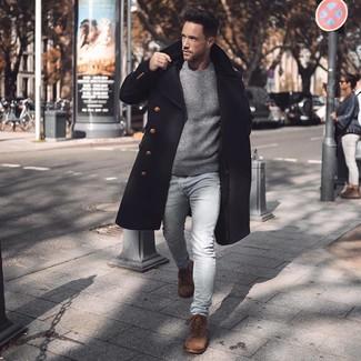 Cómo combinar: abrigo largo negro, jersey con cuello circular gris, vaqueros pitillo celestes, botas casual de ante marrónes
