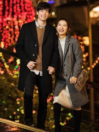 Cómo combinar: abrigo largo negro, jersey con cuello circular marrón, camisa de manga larga gris, pantalón chino negro