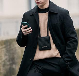 Cómo combinar: abrigo largo negro, jersey con cuello circular marrón claro, pantalón de vestir negro, monedero para el cuello negro