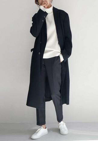Cómo combinar un pantalón chino en gris oscuro en clima frío: Si buscas un estilo adecuado y a la moda, casa un abrigo largo negro con un pantalón chino en gris oscuro. ¿Quieres elegir un zapato informal? Usa un par de tenis de cuero blancos para el día.
