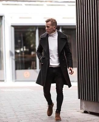 Cómo combinar unas botas casual de ante marrónes: Empareja un abrigo largo negro con unos vaqueros pitillo negros para cualquier sorpresa que haya en el día. Botas casual de ante marrónes son una opción inmejorable para completar este atuendo.
