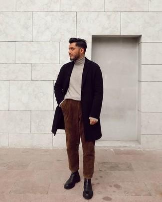 Cómo combinar un jersey de cuello alto en beige: Casa un jersey de cuello alto en beige con un pantalón chino de pana marrón para conseguir una apariencia relajada pero elegante. Con el calzado, sé más clásico y opta por un par de botines chelsea de cuero negros.
