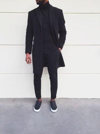Cómo combinar: abrigo largo negro, jersey de cuello alto negro, pantalón chino negro, zapatillas slip-on de cuero negras