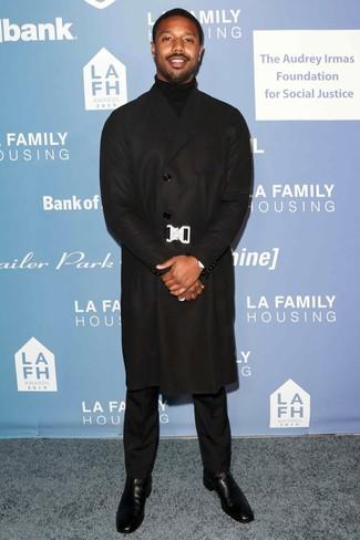 Cómo combinar: abrigo largo negro, jersey de cuello alto negro, pantalón de vestir negro, botines chelsea de cuero negros