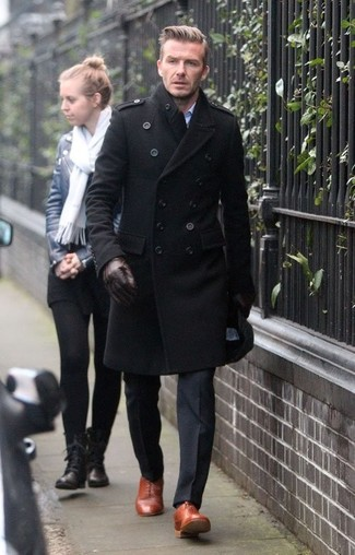 Cómo combinar: abrigo largo negro, pantalón de vestir negro, zapatos oxford de cuero en tabaco, guantes de cuero en marrón oscuro