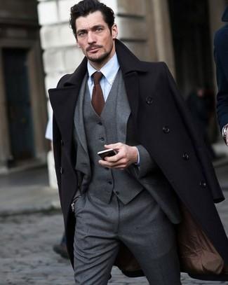 Cómo combinar una corbata de punto marrón: Emparejar un abrigo largo negro con una corbata de punto marrón es una opción buena para una apariencia clásica y refinada.