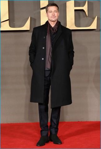 Cómo combinar: abrigo largo negro, traje negro, botines chelsea de ante negros, bufanda de seda burdeos