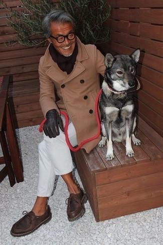 Cómo combinar: abrigo largo marrón claro, pantalón chino blanco, botas safari de cuero en marrón oscuro, bufanda en marrón oscuro