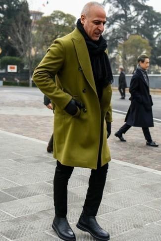 Cómo combinar unos botines chelsea de cuero negros: Elige un abrigo largo verde oliva y un pantalón chino negro para lograr un estilo informal elegante. Con el calzado, sé más clásico y usa un par de botines chelsea de cuero negros.