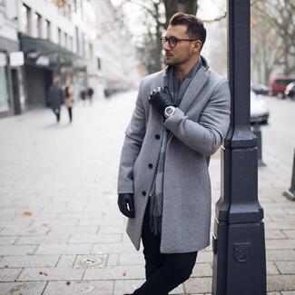 Cómo combinar una bufanda a cuadros gris: Considera ponerse un abrigo largo gris y una bufanda a cuadros gris transmitirán una vibra libre y relajada.