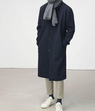 Cómo combinar un pantalón chino en beige: Equípate un abrigo largo azul marino con un pantalón chino en beige para después del trabajo. Si no quieres vestir totalmente formal, elige un par de tenis blancos.