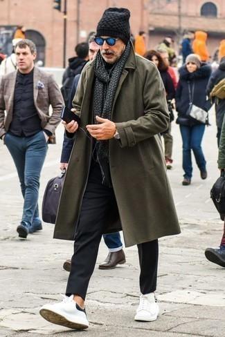 Outfits hombres en clima frío: Considera emparejar un abrigo largo verde oliva con un pantalón chino negro para crear un estilo informal elegante. Si no quieres vestir totalmente formal, elige un par de tenis de cuero en blanco y negro.