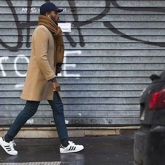 Cómo combinar un pantalón chino azul marino: Emparejar un abrigo largo marrón claro junto a un pantalón chino azul marino es una opción excelente para un día en la oficina. Tenis de cuero en blanco y negro añadirán interés a un estilo clásico.