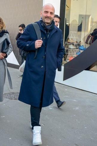 Cómo combinar una mochila negra: Equípate un abrigo largo azul marino con una mochila negra para un look agradable de fin de semana. Zapatillas altas blancas son una opción atractiva para complementar tu atuendo.