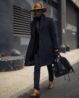Cómo combinar: abrigo largo negro, pantalón chino negro, zapatos derby de cuero marrónes, mochila de cuero negra