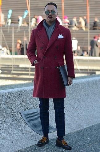 Cómo combinar una bufanda gris: Para un atuendo tan cómodo como tu sillón elige un abrigo largo burdeos y una bufanda gris. Mocasín con borlas de cuero marrón proporcionarán una estética clásica al conjunto.