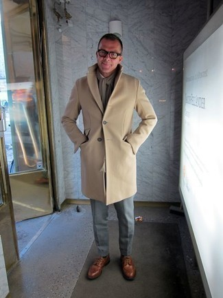 Cómo combinar una bufanda marrón claro: Casa un abrigo largo marrón claro junto a una bufanda marrón claro para un look agradable de fin de semana. Con el calzado, sé más clásico y elige un par de zapatos brogue de cuero marrónes.