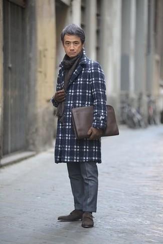 Cómo combinar una bufanda en marrón oscuro: Emparejar un abrigo largo de tartán azul marino junto a una bufanda en marrón oscuro es una opción muy buena para el fin de semana. ¿Te sientes valiente? Elige un par de zapatos con doble hebilla de ante en marrón oscuro.