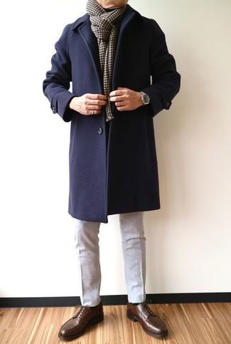 Cómo combinar: abrigo largo azul marino, pantalón de vestir de lana gris, zapatos derby de cuero en marrón oscuro, bufanda a cuadros en marrón oscuro