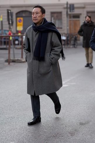 Cómo combinar: abrigo largo a cuadros en negro y blanco, pantalón de vestir de lana azul marino, zapatos oxford de cuero negros, bolso con cremallera de cuero negro