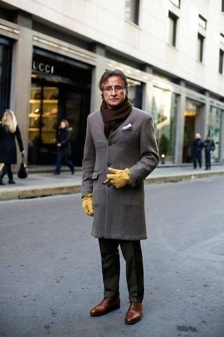 Cómo combinar una bufanda: Emparejar un abrigo largo gris con una bufanda es una opción buena para el fin de semana. Con el calzado, sé más clásico y opta por un par de zapatos oxford de cuero marrónes.