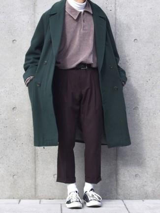Cómo combinar: abrigo largo verde oscuro, polo de manga larga morado, jersey de cuello alto blanco, pantalón de vestir en marrón oscuro